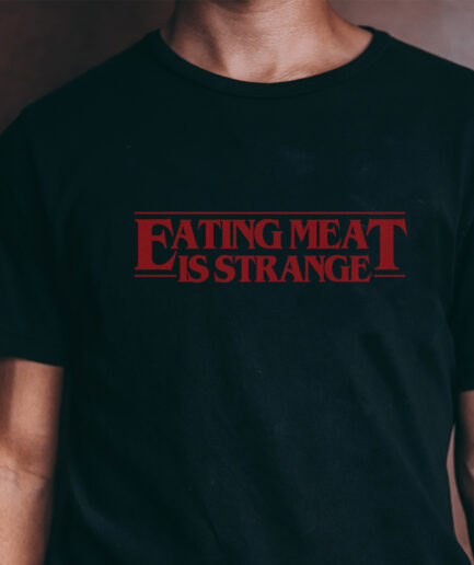eating-meat-is-strange-organic-shirt-schwarz