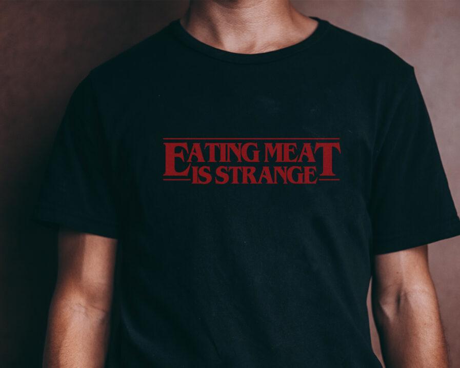 eating-meat-is-strange-organic-shirt-schwarz