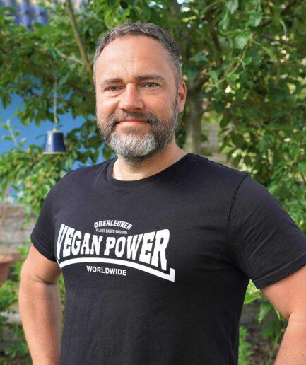oberlecker-vegan-power-hier-kocht-alex-organic-shirt-schwarz