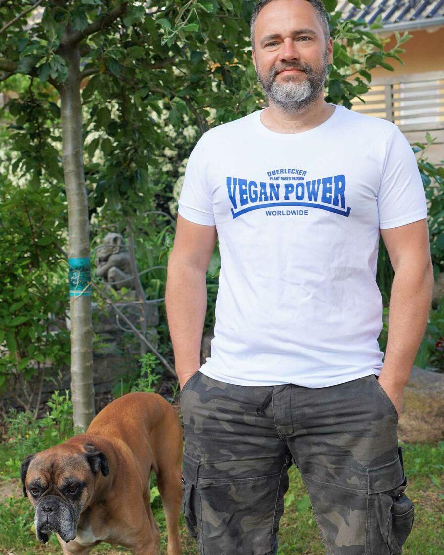 oberlecker-vegan-power-hier-kocht-alex-organic-shirt-weiss